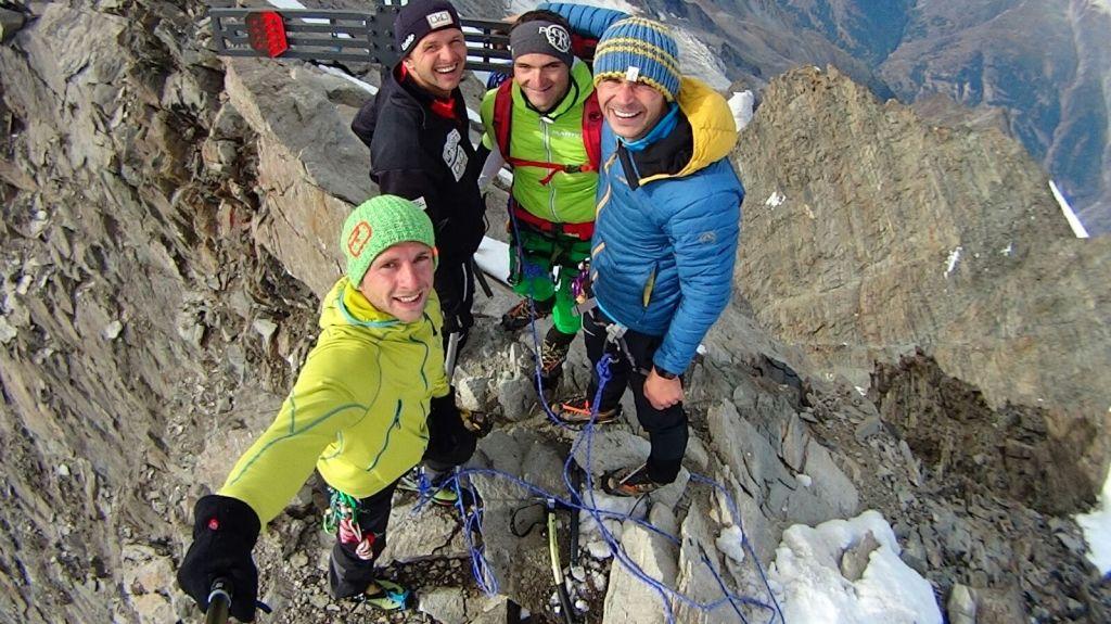 On Top. Gipfelfoto am Dom. Thomas Kammerlander, Gerald Kammerlander, Florian Glatzl und Gerhard Mühlbacher am dritthöchsten Gipfel der Alpen.