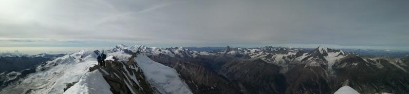 Gipfelpanorama vom Dom. Im Hintergrund das Matterhorn und der Mt. Blanc