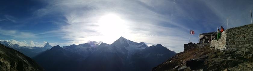 Thomas und Florian auf der Sonnenterasse der Domütte mit Blick zum Matterhorn und Weißhorn