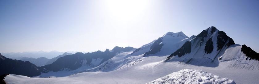 Am Gipfel der Petersenspitze. Im Hintergrund ist die Wildspitze und im Vordergrund ist der hintere Brochkogel zu sehen.