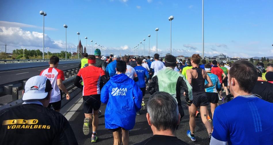 Rodel Austria Naturbahnrodel Star Bernd Neurauter auf den ersten paar Laufkilometern des Vienna City Marathons