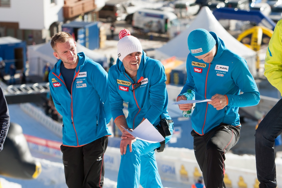 Gerald Kammerlander beobachtet und analysiert mit seinen Atheten Florian Glatzl und Thomas Kammerlander genau die Fahrten der Konkurrenz.