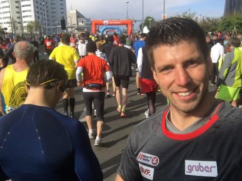 Der Rodel Star Bernd Neurauter bei seinen letzten Laufvorbereitungen kurz vor dem Start zum Marathon