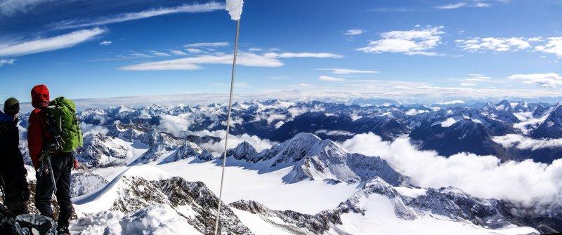 Naturbahnrodler erklimmen die höchsten Gipfel Österreichs. Hier am Gipfel der Wildspitze mit Blick in Richtung Osten
