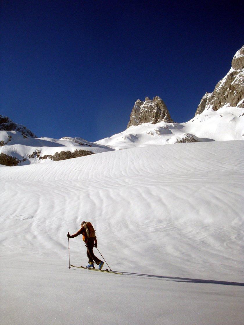 Mit den Skiern verlieren wir uns in den Weiten des Gosaugletschers. Immer mit dem Endziel den Hohen Dachstein steigen wir weiter hoch. Die bizarren Felsformationen wie hinten die Eiskarlspitze sind dabei unser ständiger Begleiter.