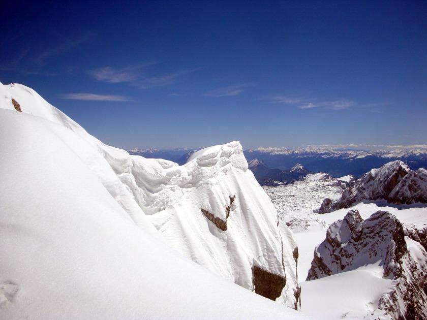Am Westgrat zum Hohen Dachstein ergeben sich immer wieder herrliche Tiefblicke mit weit berhängenden Schneewechten