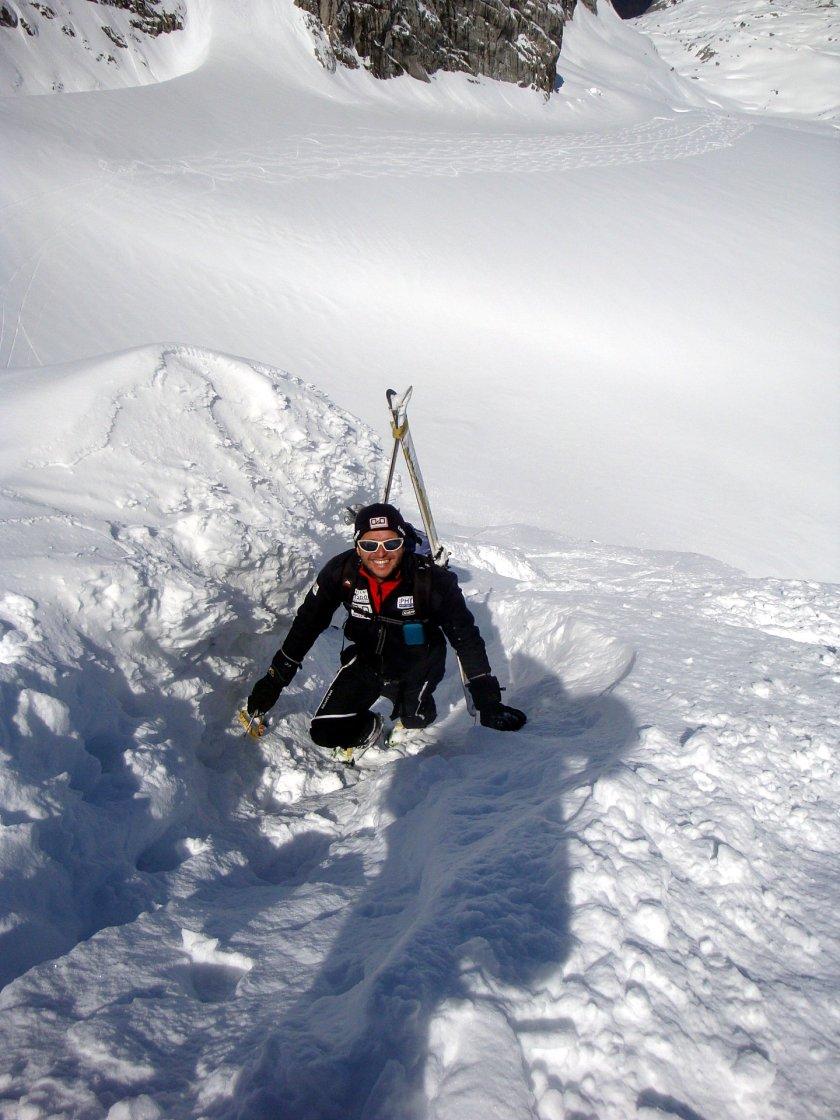 Der Rodel Austria Naturbahn Trainer Gerhard Mühlbacher am tief winterlichen Westgrat des Hohen Dachstein mit Pickel und Steigeisen.