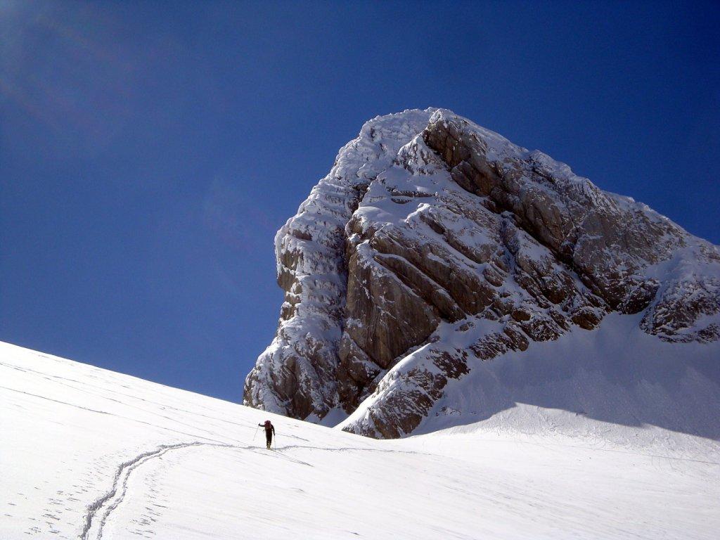 Auf den letzten Metern zur oberen Windlucke. Je höher man kommt desto verschneiter und winterlicher werden die Felswände ringsum.