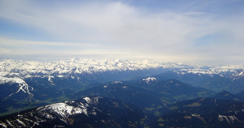 Die Aussicht vom Hohen Dachstein in Richtung Hohe Tauern. Großglockner, Wiesbachhorn und Großvenediger sind zum Greifen nahe.