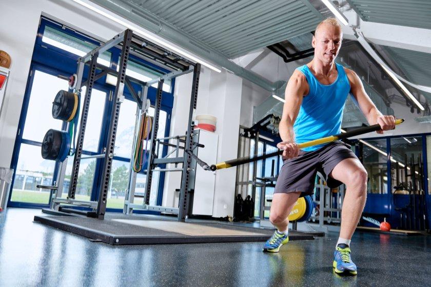 Rodel Austria Sportler-Michael Scheikl trainiert funktionell mit dem TRX Rip-Trainer