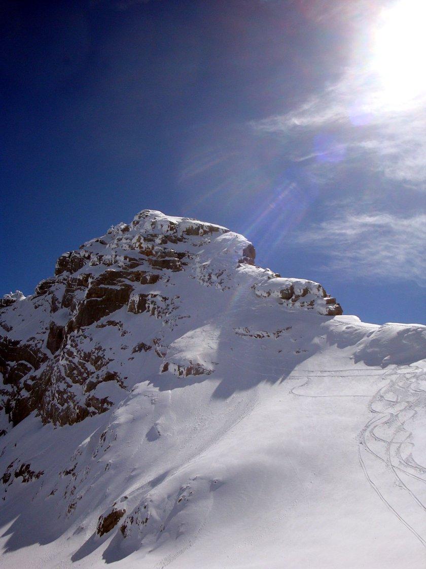 Übersicht über die Westgratabfahrt. Am rechten Bildrand sieht man das Skidepot, von wo die meisten Skispuren starten