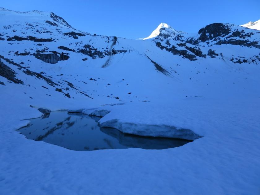 Bei der Überquerung vom Gletschersee ist immer auf die Eisdicke zu achten.