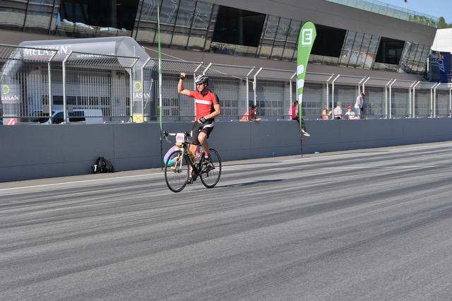 Rennrodelstar Michael Scheikl überquert die Ziellinie am Red Bull Ring