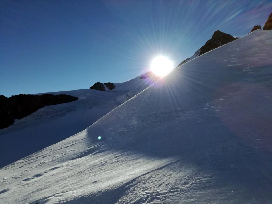 Die Sonne kommt am Nordgipfel der Wildspitze zum Vorschein