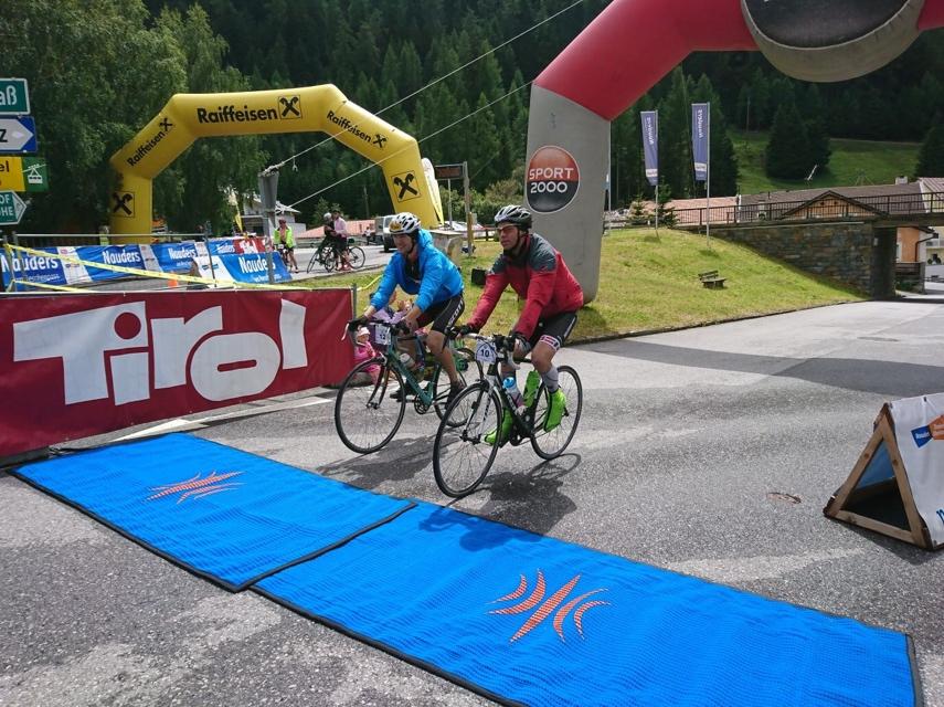 Naturbahnrodler Michael Scheikl und Bernd Neurauter bei der Zieleinfahrt vom Dreiländergiro 2017 in Nauders