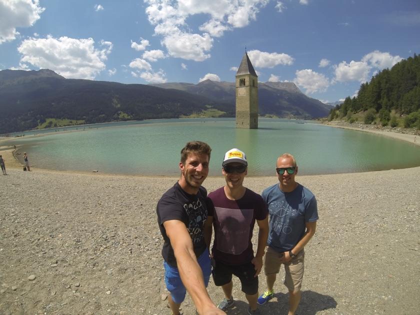 Bernd Neurauter, Schopf Christian und Michael Scheikl besuchen vor dem Dreiländergiro 2017 noch den Reschensee und genießen dabei die Sonne