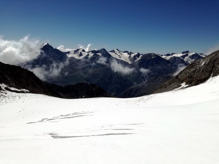 Der weitere Abstieg zur Breslauer Hütte erfolgt über den spaltenreicheren Rofenkarferner