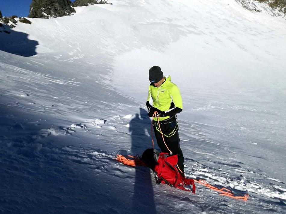 es werden die letzten Vorbereitungen für den finalen Anstieg auf die Wildspitze getroffen