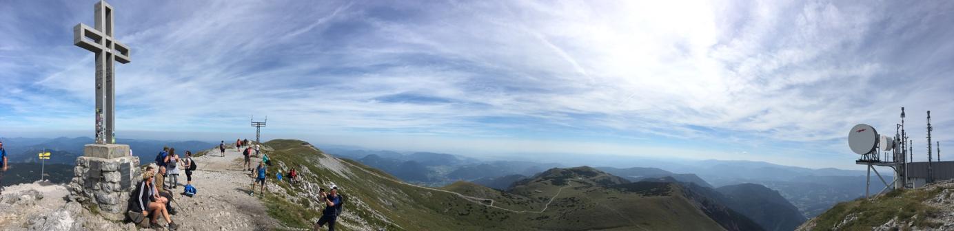 Panoramafoto am Gipfel vom Schneeberg. Am höchsten Punkt von Niederösterreich