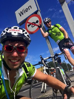 Bernd Neurauter und Michael Scheikl. Österreichische Naturbahnrodler fahren mit dem Rad zum Hermannskogel nach Wien