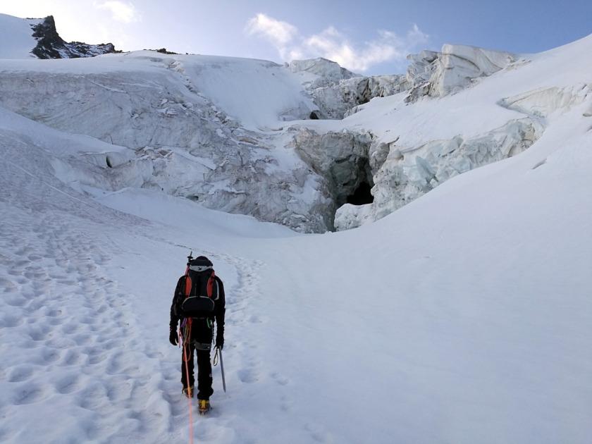 Gerhard Mühlbacher vor Gletscherbruch beim Aufstieg zum Rimpfischhorn