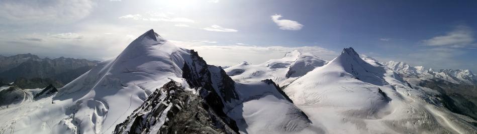 Ein Panoramabild vom Allalinhorn vom Feechopf gesehen.