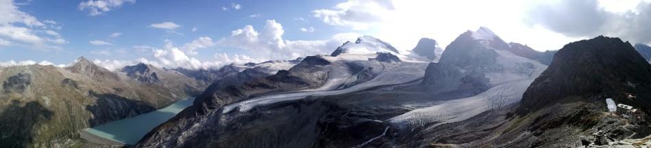 Die Britanniahütte im Sommer 2017. Im Hintergrund das Allalinhorn und das Strahlhorn.