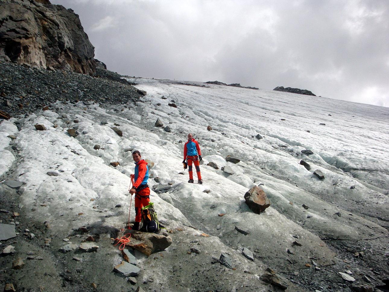 Die Gletscherausrüstung wird am Fuße des Alphubelgletschers wieder im Rucksack verstaut.